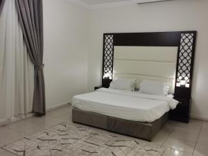 Cama ou camas em um quarto em Al Fakhama Al Momaiza Hotel Suites
