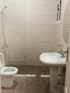 Um banheiro em Al Fakhama Al Momaiza Hotel Suites