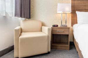 A seating area at Quality Hotel Dorval