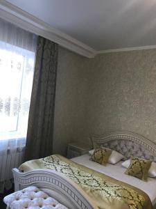 Кровать или кровати в номере Rich House