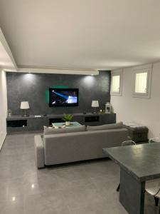 """A television and/or entertainment centre at COSY & SPA Appartement luxe JACUZZI """"Suite Diamant"""""""