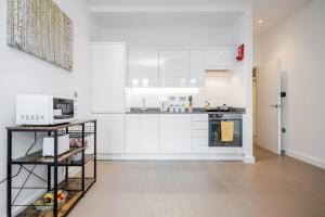 A kitchen or kitchenette at St Albans City Thameslink, Luxury Apartments, GREAT LOCATION, Sleeps up to 6, Free Parking, Free WiFi & Movies, Direct link to London St Pancras, Gatwick & Luton Airports