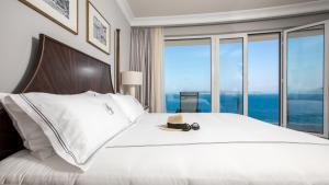 Łóżko lub łóżka w pokoju w obiekcie Royal Blue Hotel