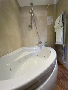A bathroom at The Tudor Hotel