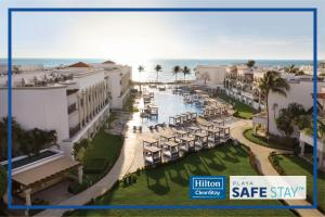 Uitzicht op het zwembad bij Hilton Playa del Carmen, an All-Inclusive Adult Only Resort of in de buurt