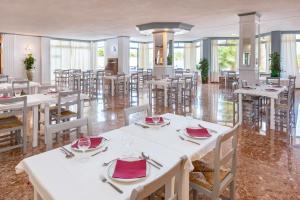 Un restaurante o sitio para comer en Hotel Panoramica Garden