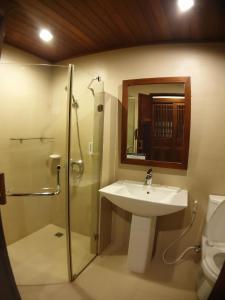 A bathroom at Salad Hut