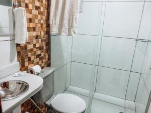 A bathroom at Pousada Alpes
