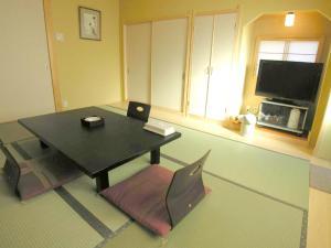 A television and/or entertainment center at Minshuku Inn Shirahama Ekinoyado