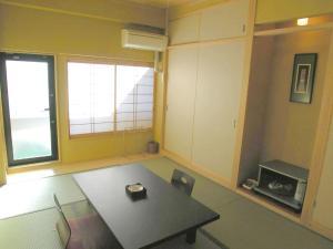 A kitchen or kitchenette at Minshuku Inn Shirahama Ekinoyado