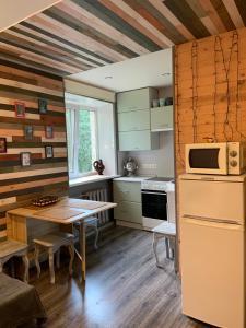 Кухня или мини-кухня в Apartment on Lenina 35