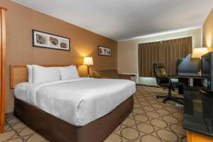 A bed or beds in a room at Comfort Inn Pickering
