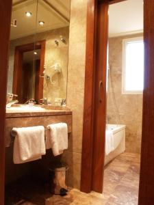 A bathroom at Hotel Pamplona Villava