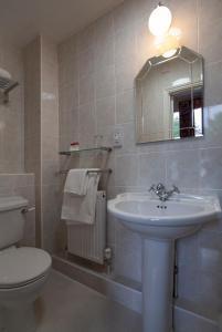 A bathroom at Arundel House Hotel