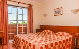 A bed or beds in a room at Colina da Lapa & Villas