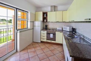A kitchen or kitchenette at Colina da Lapa & Villas