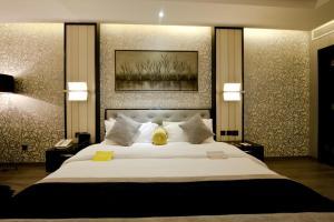 سرير أو أسرّة في غرفة في فندق قصر الواحة