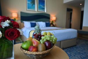 سرير أو أسرّة في غرفة في Harbour Suites Hotel