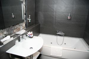 A bathroom at Posada Los Gallos