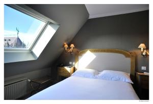A bed or beds in a room at Hotel De La Treille