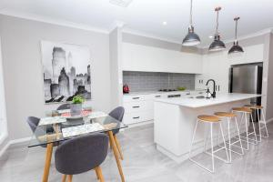 A kitchen or kitchenette at Best Central Wagga Townhouse