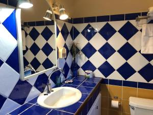 A bathroom at Aruba Sunset Beach Studios