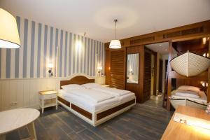 Een bed of bedden in een kamer bij 4-Sterne Superior Erlebnishotel Bell Rock, Europa-Park Freizeitpark & Erlebnis-Resort