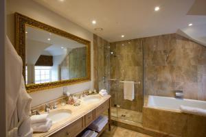 A bathroom at Trump MacLeod House & Lodge, Scotland
