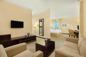 Uma área de estar em DoubleTree by Hilton Dhahran