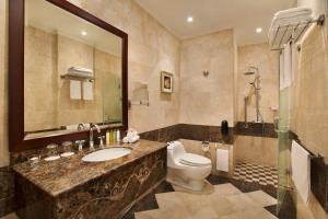 Um banheiro em DoubleTree by Hilton Dhahran