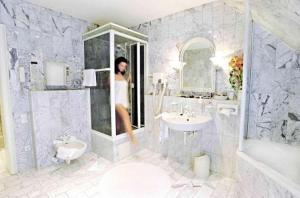 A bathroom at Kaiser Am Wiener Platz
