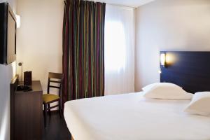 Een bed of bedden in een kamer bij Escale Oceania Vannes Centre