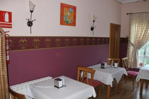 A restaurant or other place to eat at Hostal Burbia