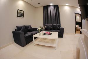 Uma área de estar em Rahty Home Hotel Apartments