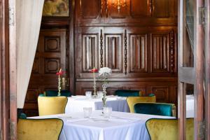 Un restaurante o sitio para comer en Santa Catalina, a Royal Hideaway Hotel 5*GL