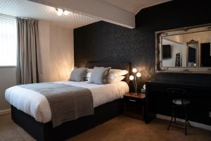 A bed or beds in a room at Fox Lodge