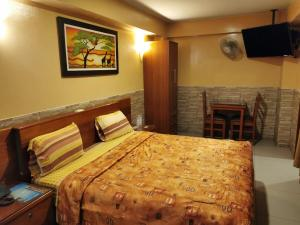 A bed or beds in a room at Hotel Dia y Noche