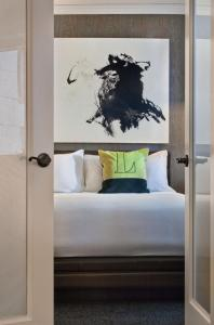 A bed or beds in a room at The Logan Philadelphia, Curio Collection by Hilton