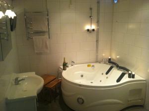 Ett badrum på Prinsgården B&B rum stugor