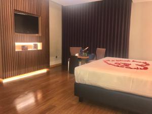 Uma televisão e/ou sistema de entretenimento em Motel Portofino