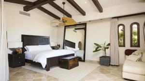 Cama o camas de una habitación en Phenomenal Villa with Ocean View, Swim-Up Bar, Home Gym and located on a Golf Course