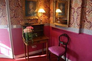 A seating area at Hôtel De Nice