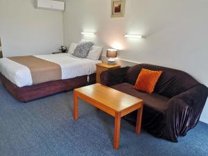 A bed or beds in a room at Ballarat Eureka Lodge Motel