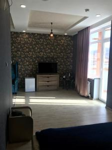 A television and/or entertainment center at Apart Hotel Rica