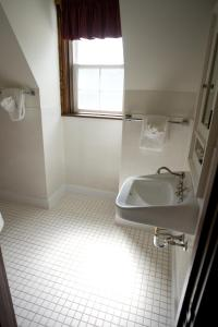 A bathroom at Prince of Wales Hotel