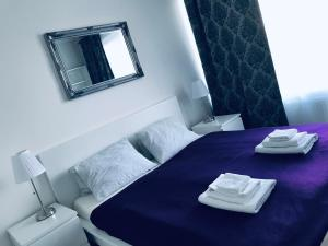 A bed or beds in a room at E2 Garage & Supermarket-Luxury Apt in City Centre