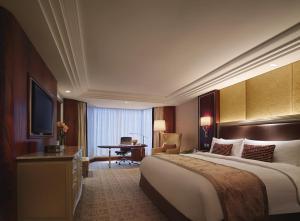 A bed or beds in a room at Kowloon Shangri-La, Hong Kong