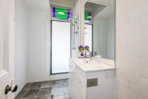 A bathroom at Cumquat House