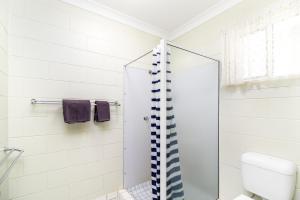 A bathroom at Yungaburra Park Motel