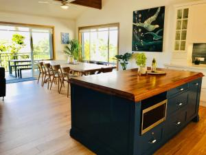 A kitchen or kitchenette at Acqua Dolce Beach House